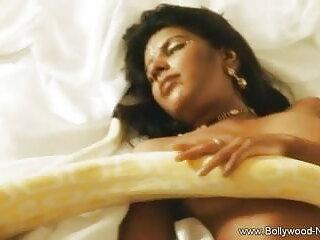 सुडौल लैटिना लड़की सोफे मूवी सेक्सी पिक्चर वीडियो में पर नुकीला डिल्डो के साथ खेलती है