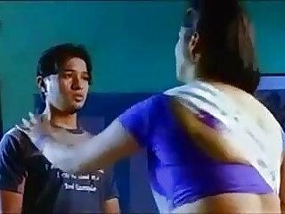 सीढ़ियों पर सेक्सी पिक्चर हद मूवी लहराते हुए ब्रिटिश एमआईएलए अंबर जयन